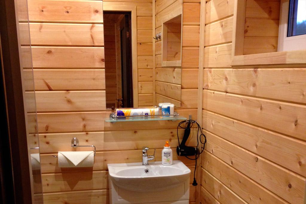 Рыбалка на Поное. Лагерь Пача. Новый коттедж. Веранда, прихожая, комната, душ и туалет. Обогрев камин и конвектор.