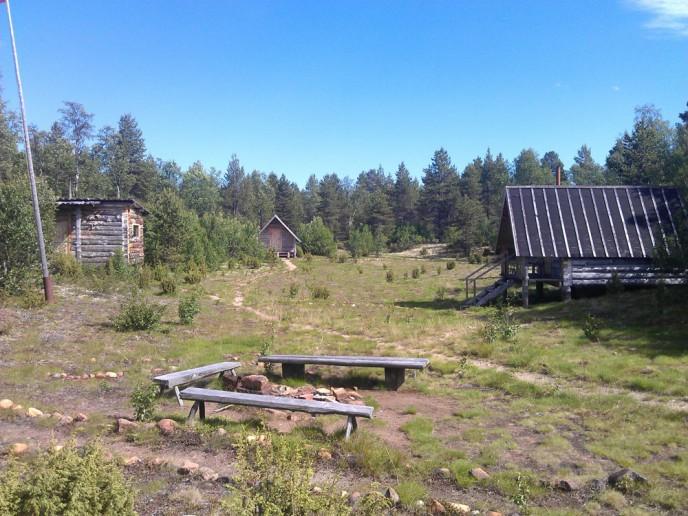 Рыбалка и рыболовные туры Кольский полуостров. река Поной, лагерь Порог. общий вид - поляна, домики.
