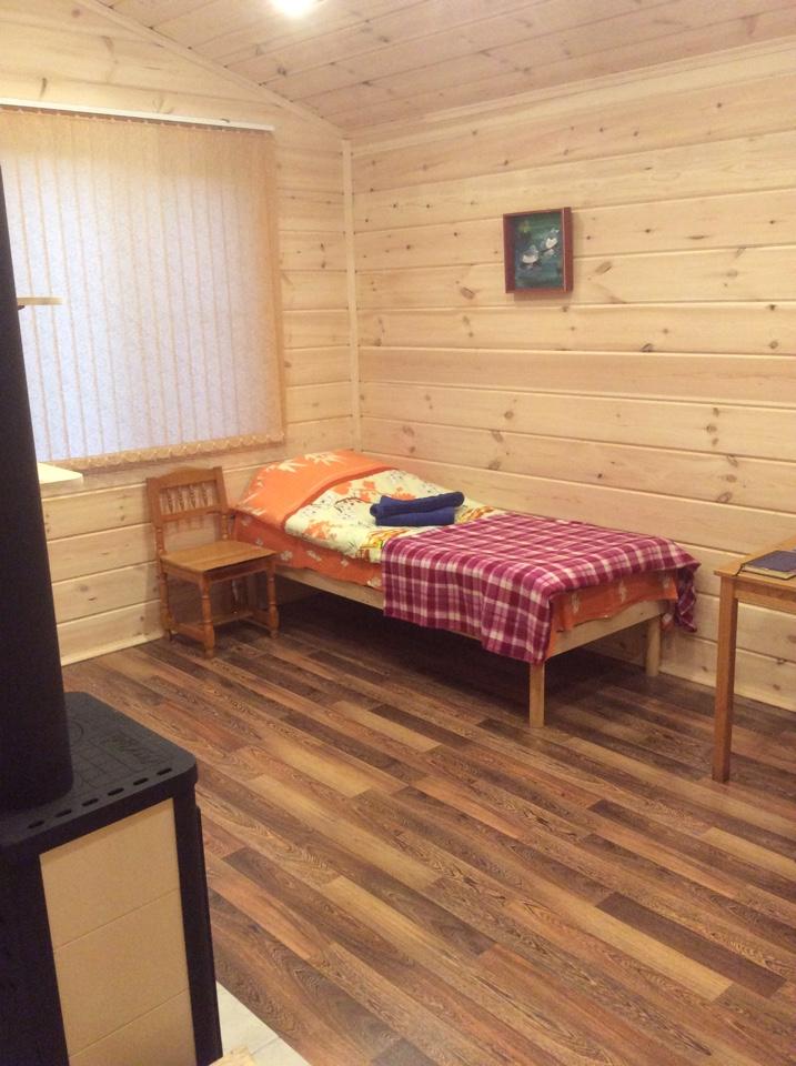рыбалка на Поное лагерь Пача Новый коттедж. Веранда, прихожая, комната, душ и туалет. Обогрев камин и конвектор.